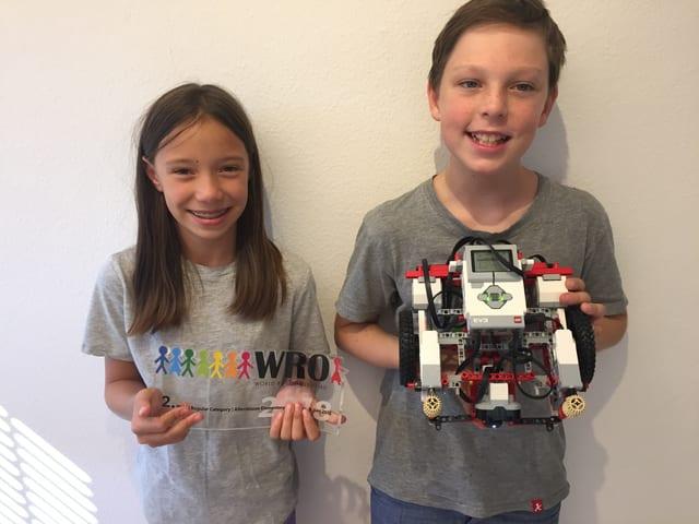 Caroline und Erich mit ihrem Preis und dem Roboter