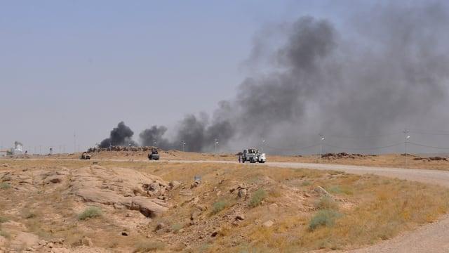Eine Wüste mit Autos.