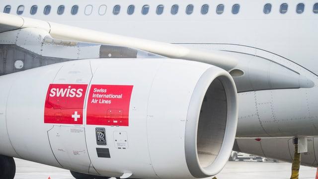 Triebwerk einer Swiss-Maschine mit Logo der Airline in Grossaufnahme