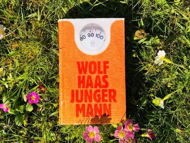 Wolf Haas' «Junger Mann» liegt auf Gras