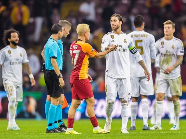 Galatasarays Mor gratuliert Reals Ramos zum Sieg.