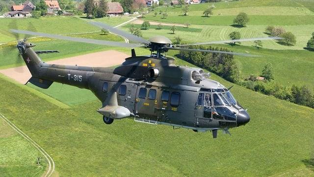 Ein Helikopter Aérospatiale AS332M1 Super Puma mit der Kennung T-315 im Flug.