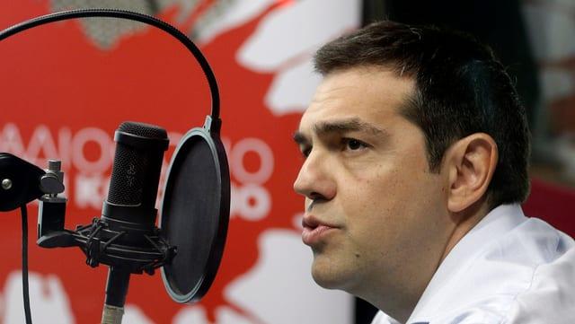 Alexis Tsipras während des Interviews am Mikron des parteieigenen Radiosenders
