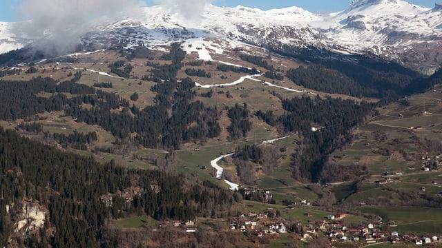Blick auf das Bergdorf Waltensburg, vom Gegenhang aus.