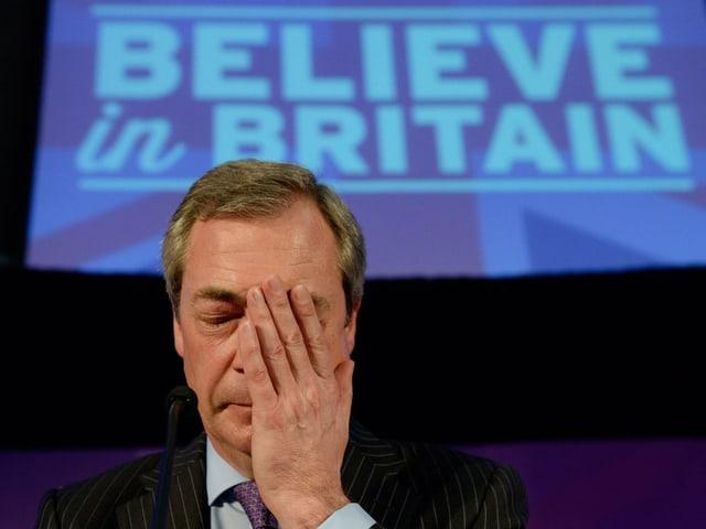 Ukip-Chef Nigel Farage hält sich eine Hand ins Gesicht.