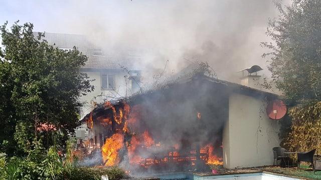 Gartenhaus mit grossem Feuer auf Terrasse