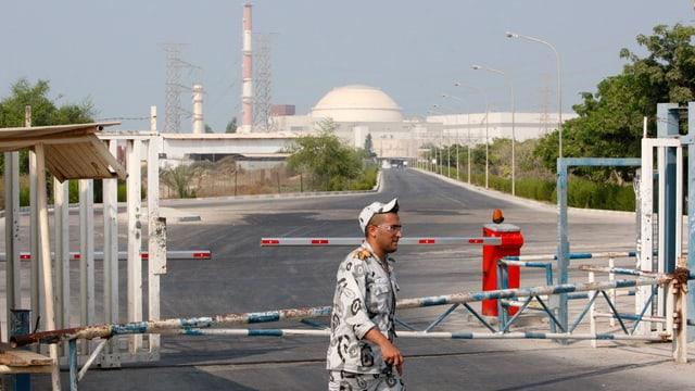Ein Mann läuft vor einem Atomkraftwerk vorbei.