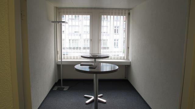 Raum mit zwei Stehtischen.