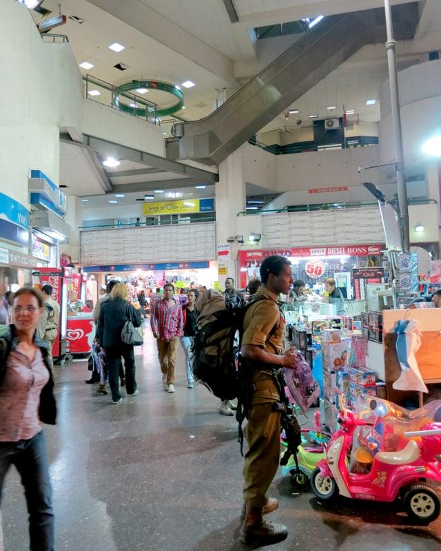 Menschen am Einkaufen.