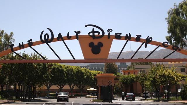 Auf dem Bild ist das Tor zu den Walt Disney Studios zu sehen.
