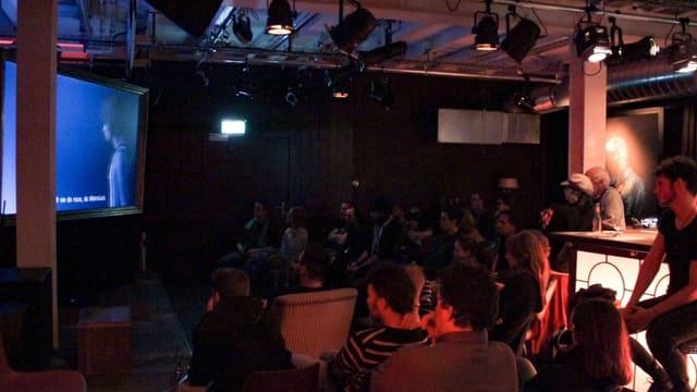 Bar mit vielen Leuten, die ein Videogame mitverfolgen