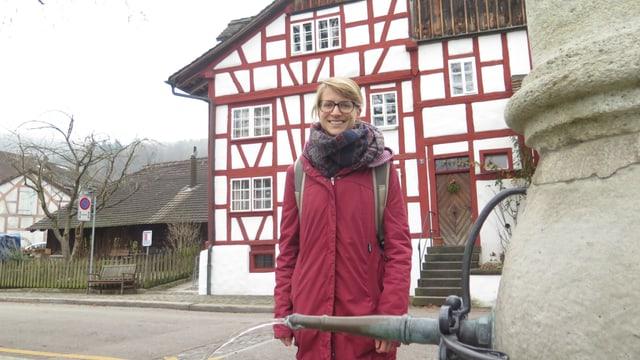 Historischer Kern in Zürich-Albisrieden mit Riegelhaus und Brunnen. Mit im Bild Studentin Céline Guillod