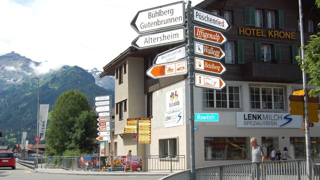 Hinweisschilder und Wegweiser im Dorfzentrum von Lenk.