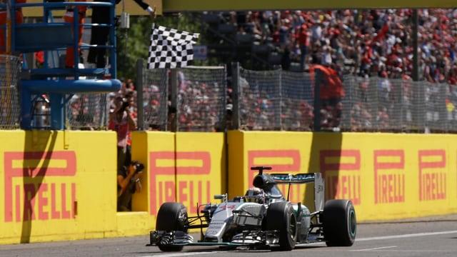 Hamilton fährt über die Ziellinie.