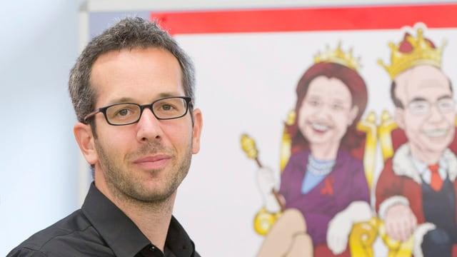 Portrait eines jungen Mannes mit Brille und kurzem Bart, daneben ein Bild mit Comixfiguren.