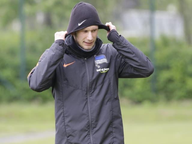 Fabian Lustenberger zieht die Kappe über den Kopf