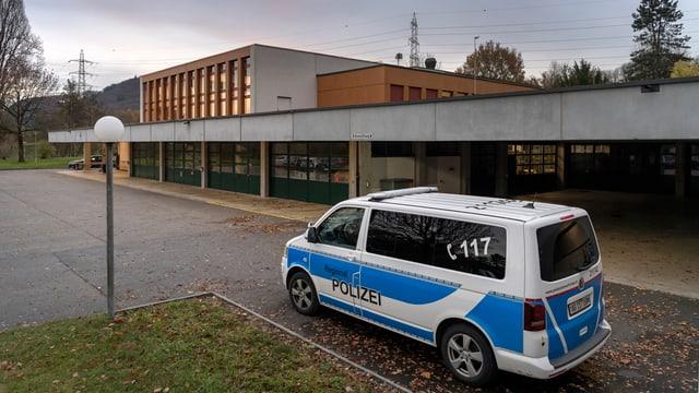 Blick auf Ausbildungszentrum Eiken, Polizeifahrzeug auf dem Vorplatz