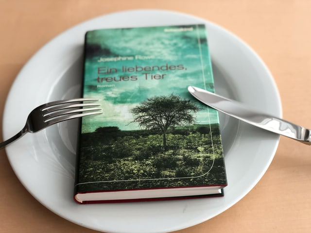 Der Roman «Ein liebendes, treues Tier» liebt auf einem weissen Teller