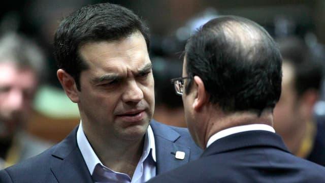 Alexis Tsipras von vorne im Gespräch mit François Hollande von hinten aufgenommen