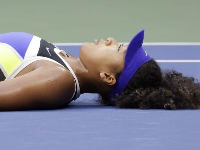 Naomi Osaka liegt am Boden