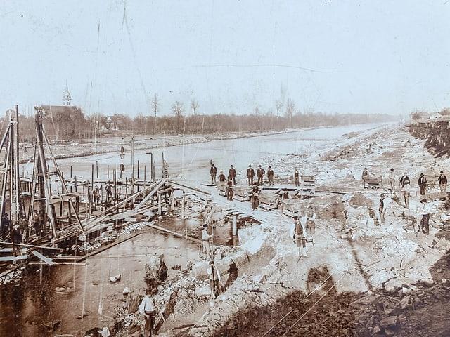 Grossbaustelle im Jahr 1894: Der Bau des Wehrs in Rathausen für das erste Wasserkraftwerk.
