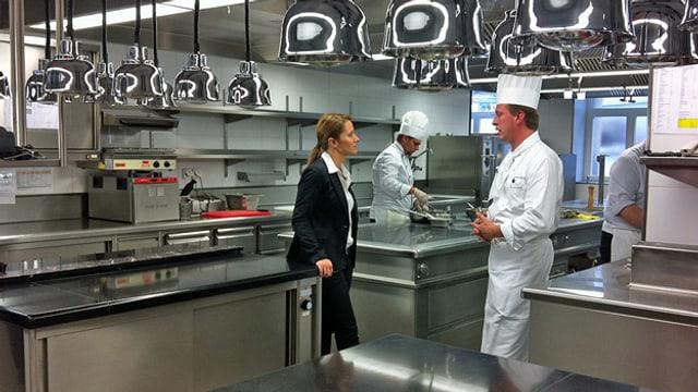 Wasiliki Goutziomitros im Gespräch mit dem Küchenchef.