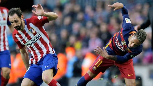 Atleticos Juanfran Torres im Zweikampf mit Barcelonas Neymar.