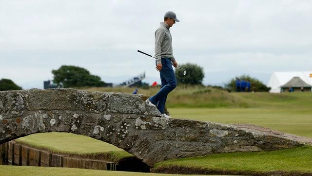 Jordan Spieth läuft auf dem berühmten Golfplatz Old Course in St. Andrews.