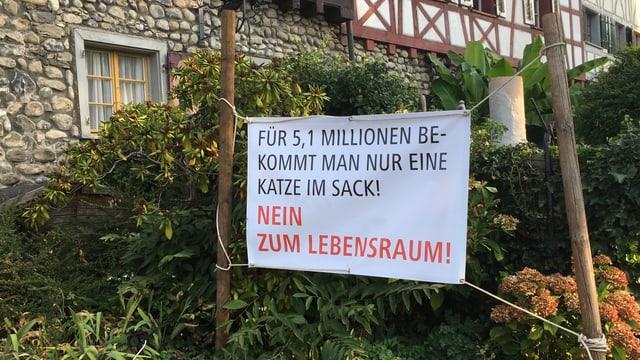 Plakat mit nein-Parole in einem Garten aufgehängt