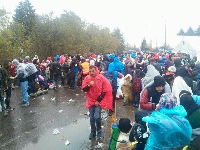 Flüchtlinge auf offener Stasse in Hegyeshalom