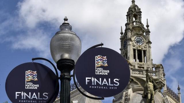 Kirche in Porto mit Uefa-Dekoration im Vordergrund