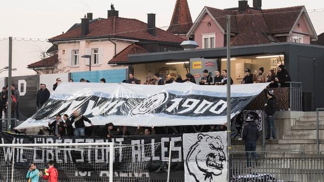 Fans des FC Wil mit Transparent: «Wil übersteht alles».