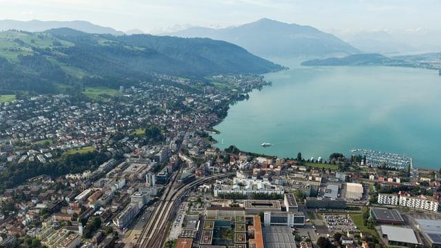 Die Stadt Zug in einer Luftaufnahme mit See und Bergen.