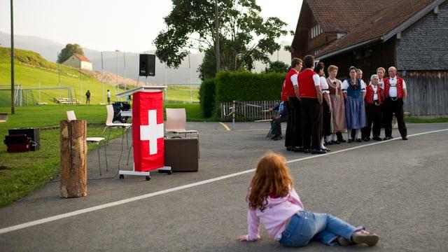 leeres Rednerpult mit Schweizerflagge