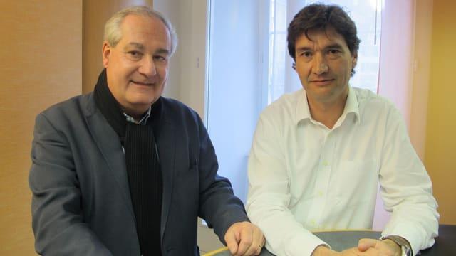 Der amtierende Grenchner Stadtpräsident Boris Banga und sein Herausforderer François Scheidegger stehen am Pult im Radiostudio des Studios in Solothurn.