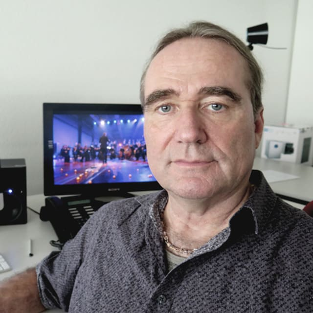 An einem Schnittplatz im Schweizer Fernsehen sitzt Brian Burman.