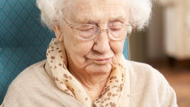 Verwirrte Seniorin