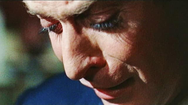 Ein Mann in Nahaufnahme weint