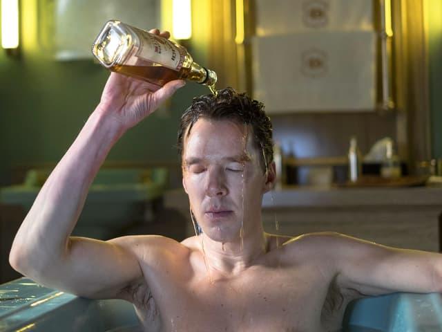 Patrick Melrose leert sich in der Badewanne Whiskey über den Kopf.
