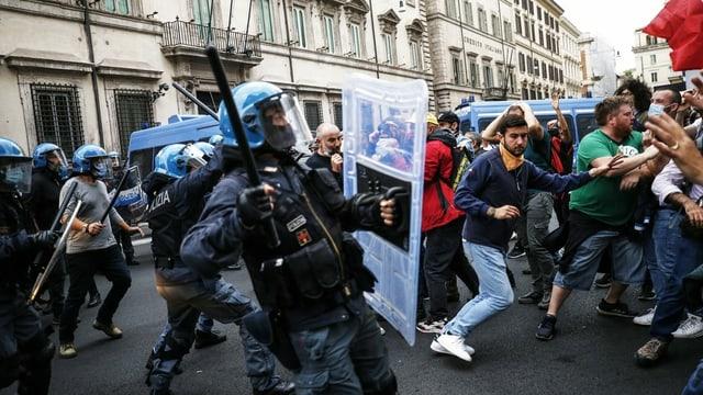 Protestierende und Polizisten stossen bei Protesten in Rom zusammen (9. Oktober 2021). Die Proteste wurden von der rechtsextremen Partei Forza Nuova organisiert.
