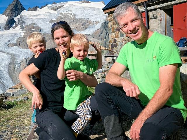 Familie Naue vor der Hütte.