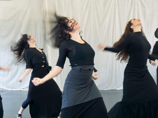 Drei Tänzerinnen während einer Probe.