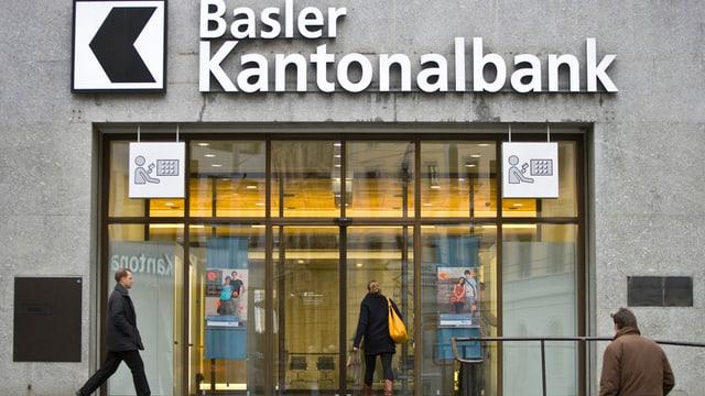 Blick auf die grosse Tür der Basler Kantonalbank.