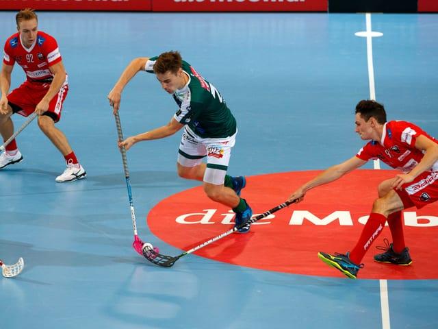 2 Spieler kämpfen in der Mitte des Feldes um den Ball.