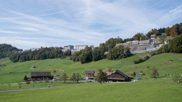 Landschaft im Hügelgebiet des Bürgenstockes mit Hotelbauten auf dem Gipfel.