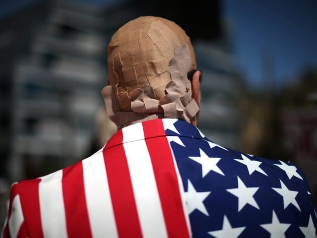 Demonstrant in Washington mit Pflastern an seinem Kopf.