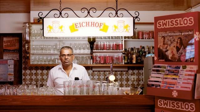 Mann mit Brille hinter einer Restaurant-Theke.