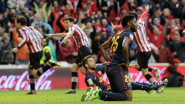 Die Barcelona-Spieler nach dem späten Ausgleichstreffer.