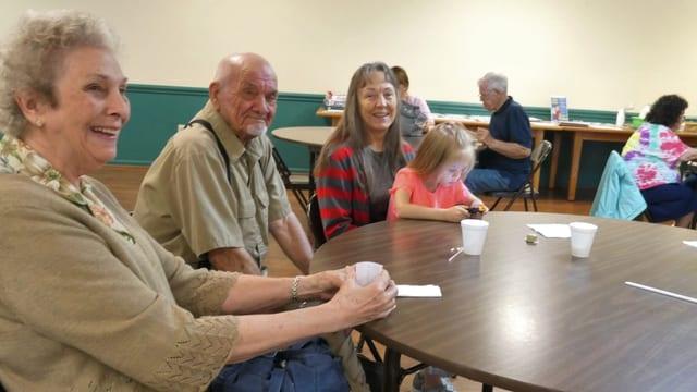 Senioren an einem Tisch im Seniorenzentrum.