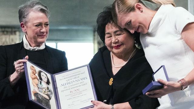 Berit Reiss-Andersen vom Nobelpreiskomitee, Hiroshima-Überlebende Setsuko Thurlow und Beatrice Fihn von ICAN bei der Friedensnobelpreisverleihung 2017 in Oslo.